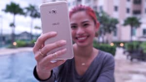 Girl taking a selfie with the ASUS ZenFone 4 Selfie Pro